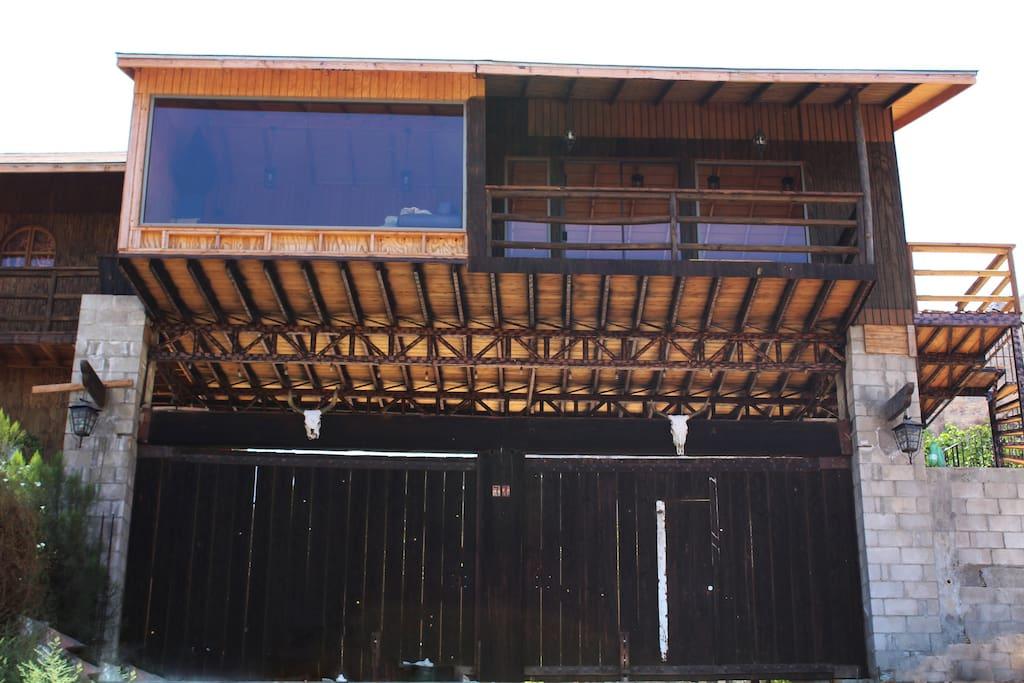 Fachada del Rancho (ENTRADA). y da vista al área de juegos de mesa.