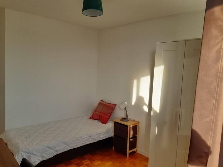 Chambre simple sécurisée dans un appartement