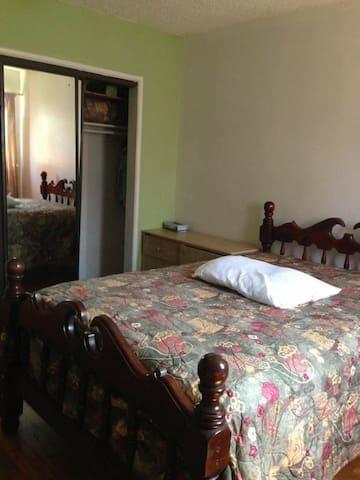 Nice bedroom in clean house in quiet neighborhood - Norwalk - Huis