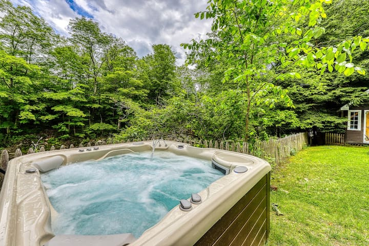 Cozy updated home w/river views, private hot tub & near the river!
