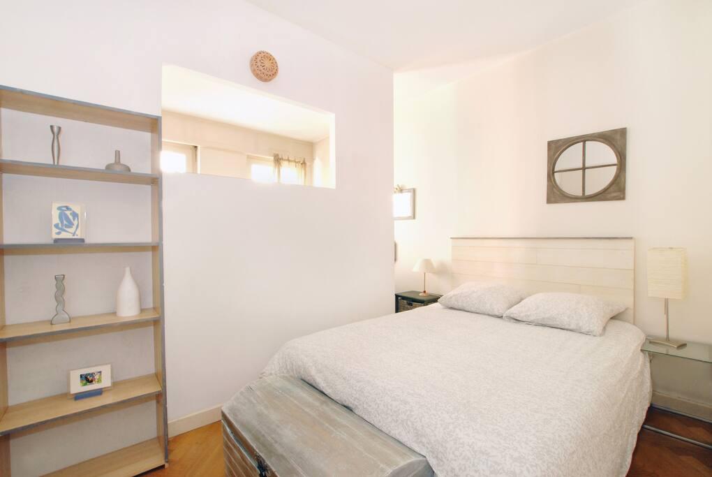 Chambre avec lit double 140*190, tables de chevets avec lampes, commode