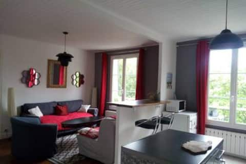 a cosy apartment 15 ' from Paris .