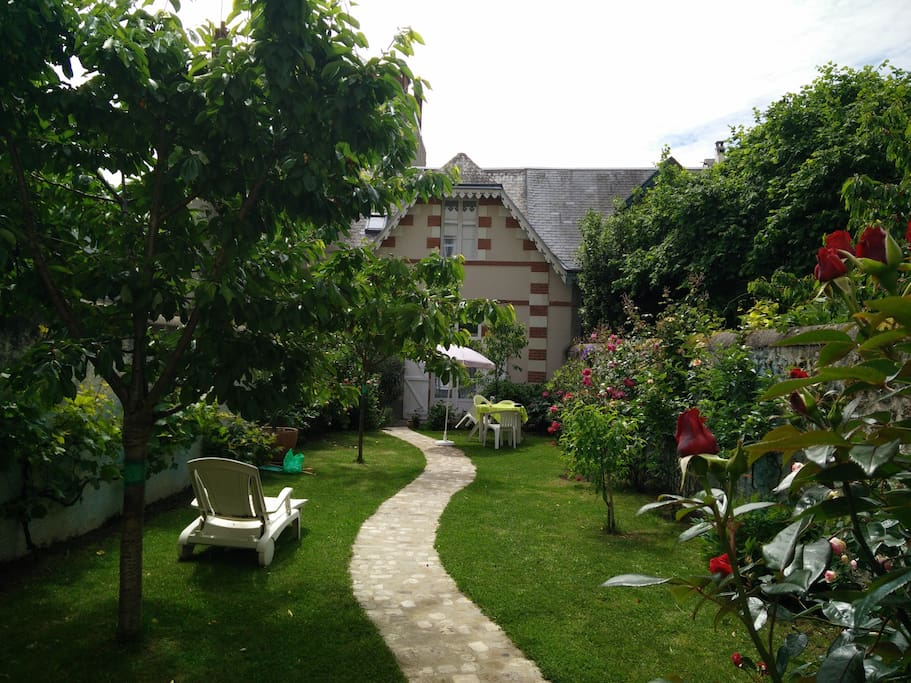 Jardin privatif très calme en plein centre ville avec. Accès direct au garage