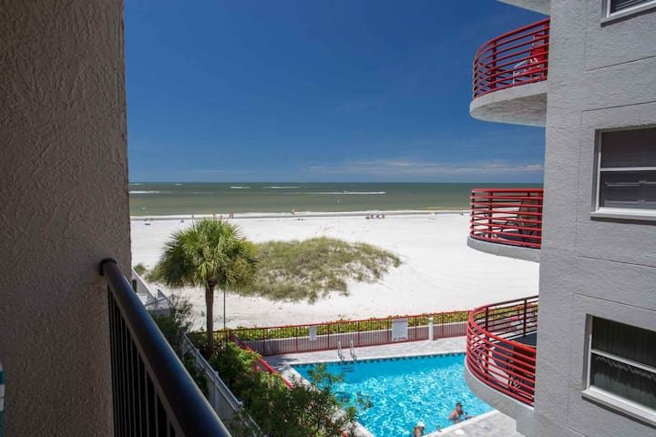 Great Value in a Beachfront Condo.  Walk Over to Johns Pass and Step Out the Door to the Beach. - Madeira Beach