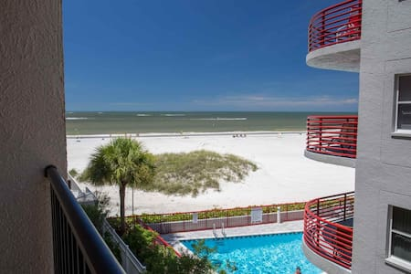 Great Value in a Beachfront Condo.  Walk Over to Johns Pass and Step Out the Door to the Beach. - Madeira Beach - Lyxvåning
