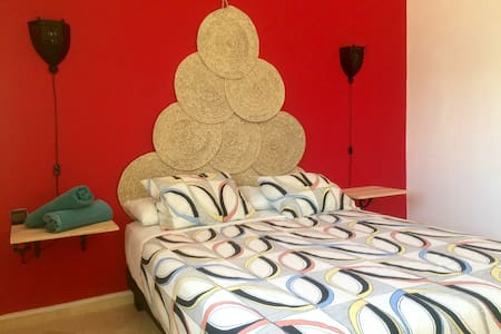 Double Bedroom with Shared Bathroom (Red Room) - Asilah - Bed & Breakfast