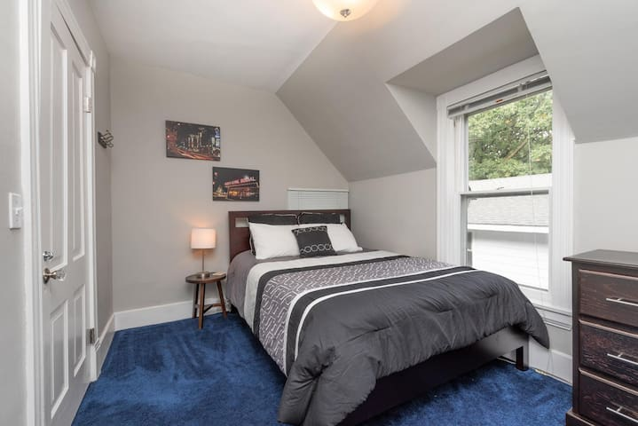 Comfy Room in Historic Home (Queen Bed)