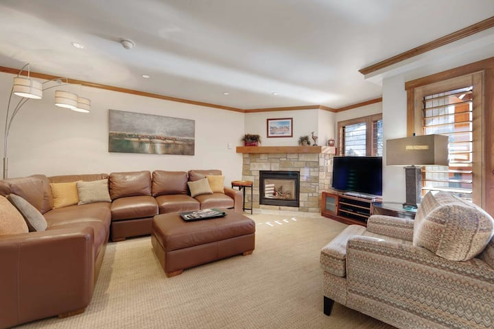 Gorgeous mountain condo with shared pool & hot tub, steps from gondola!
