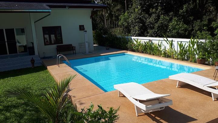 Grote bungalow met terras en zwembad