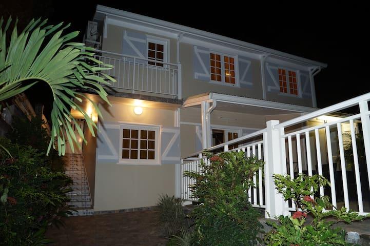 Photo de nuit 2 vue de l'extérieur de la Villa Chez Yanou