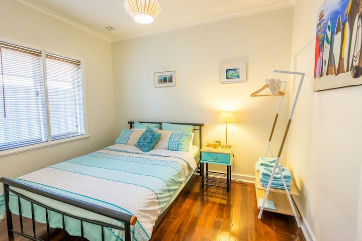 Beach themed room only a stroll from the beach. - Scarborough - Huis
