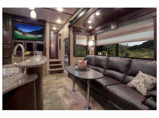 Luxurious, Spacious 43' Camper near Food/Hiking