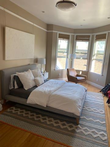 Large bedroom w/ en-suite bath