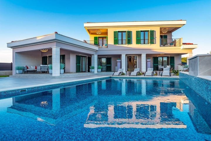 Beautiful Villa Navia, in Dalmatia, with a Pool