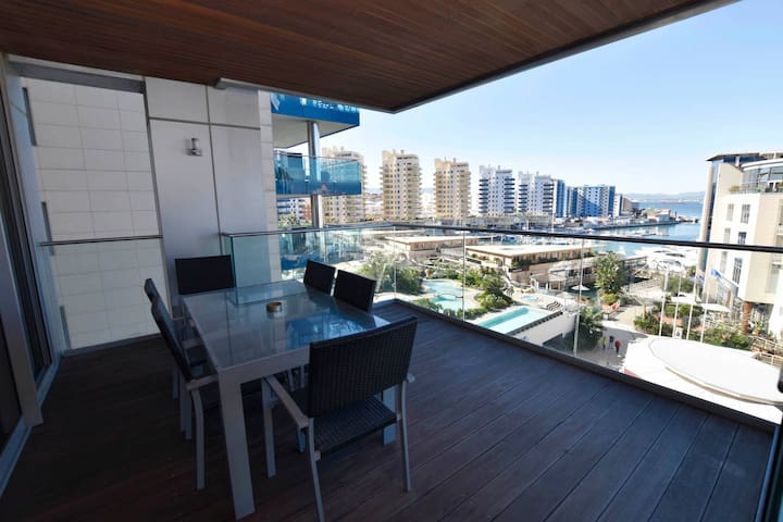 Apartment in Marina Bay with communal pool