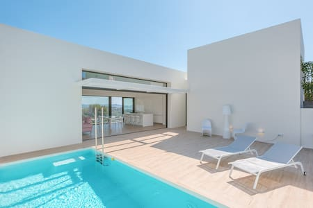 Luxury new house (June16)!! 10pp. Pool, sea views