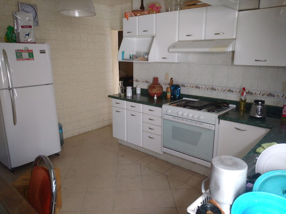 Cocina integral, estufa y refrigerador.