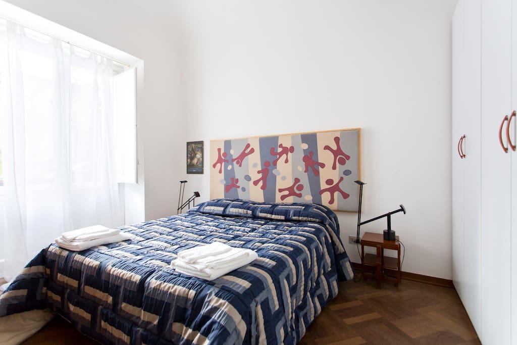 La camera da letto dell'appartamento