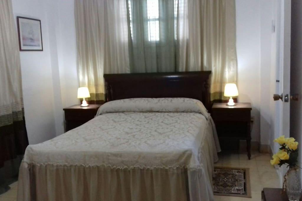Habitacion Azul tiene cama para 2 personas como maximo
