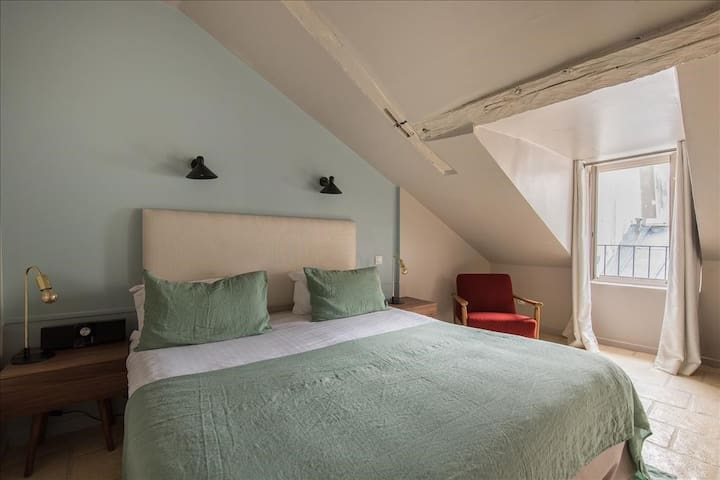 Your little nest of charm on the rooftops of Paris