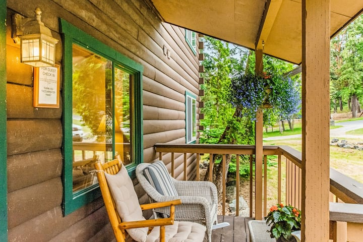 Cabin-inspired suite w/ electric fireplace & shared grill - walk to the harbor!