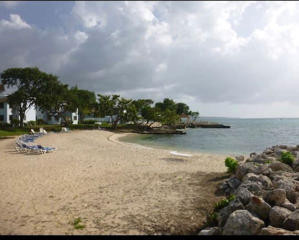 Beautiful & Clean Condo Located directly on beach.