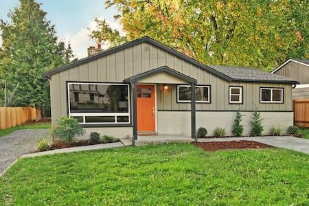 Contemporary Meets Craftsman N. Seattle 2Br Home - Haus