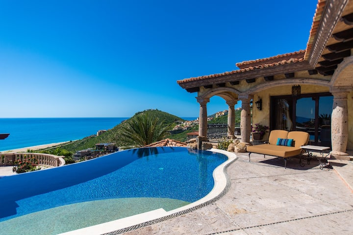 Stylish Pedregal Villa Maria with free cook!