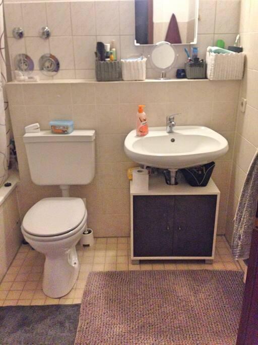 Bad mit Badewanne und Waschtrockner