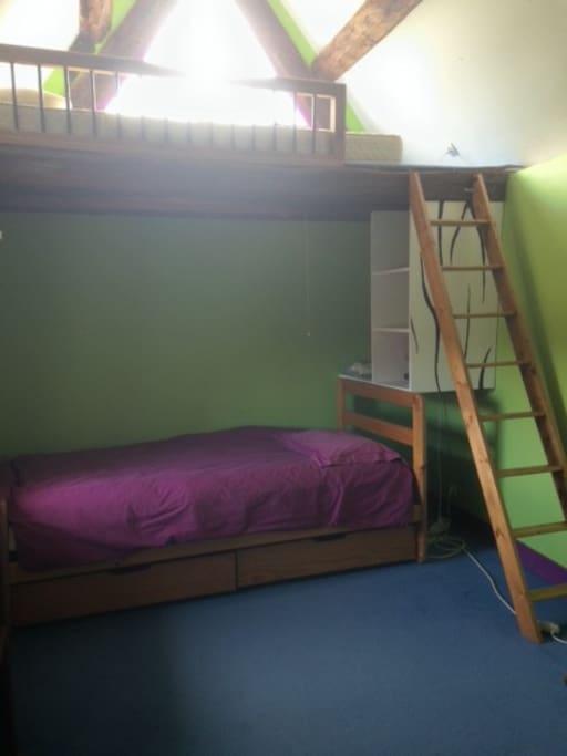 Petite chambre en haut de la tour houses for rent in gif for Chambre yvette