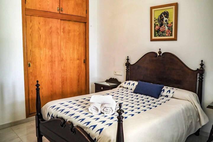 Habitación doble con baño privado en la casa rural Can Cama Rotja