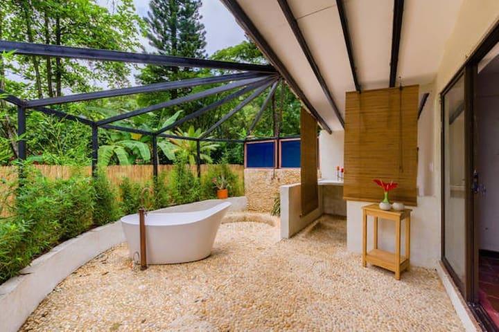 Con 3 maravillosas tinas al aire libre... / With 3 marvellous open-air hot-tubs...
