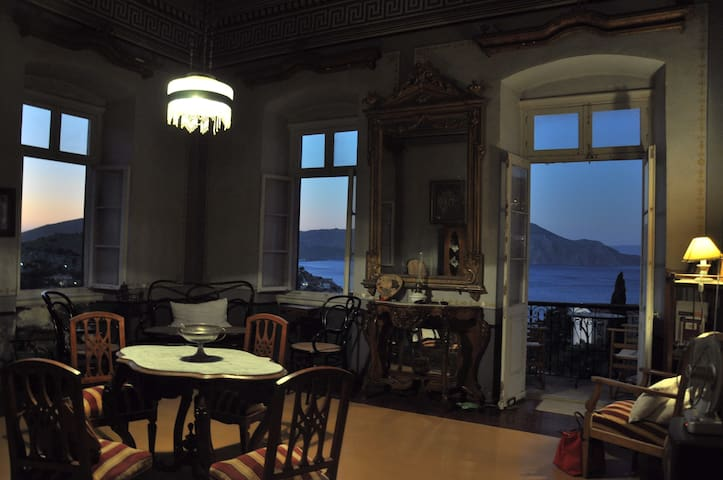 Petrides Mansion / Αρχοντικό - Ano Symi - Byhus
