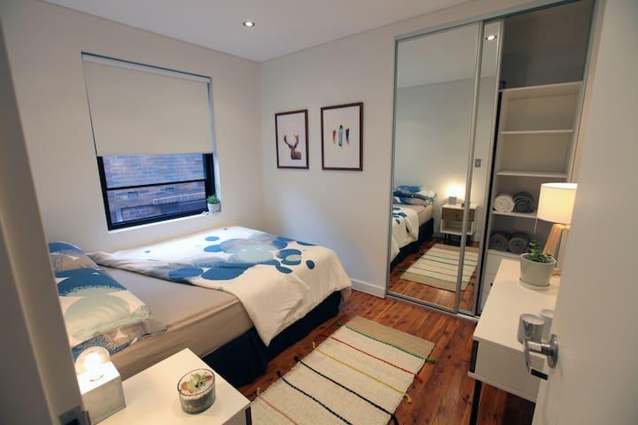 Spacious Bedroom in Stylish Beach Apartment - Bondi Beach - Pis