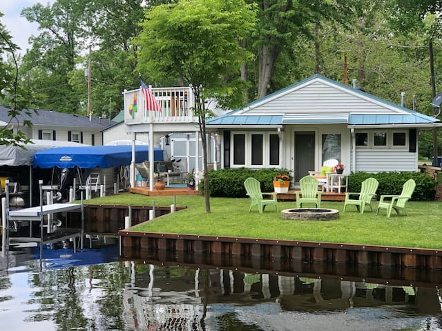 Charming waterfront cottage with 2-story deck