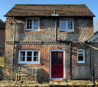 Quaint self-contained country cottage