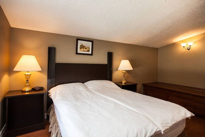 7 Acres Bed and Breakfast - McPhearson Room