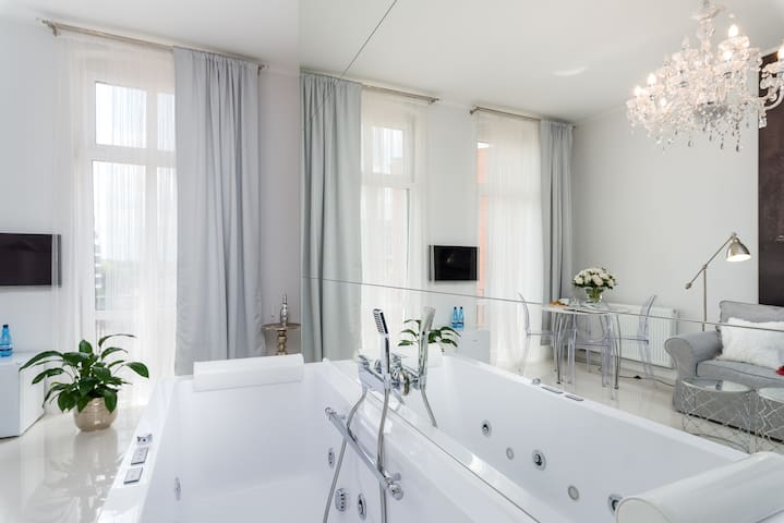 2 Romantic Apartments with Jacuzzi Old Market
