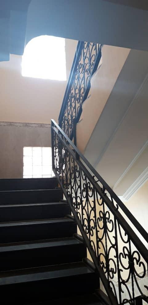je loue un superbe appartement( vide ou meublé)bien situé,spacieux, quartier sans nuisance avec terrasse, chauffage central et garage