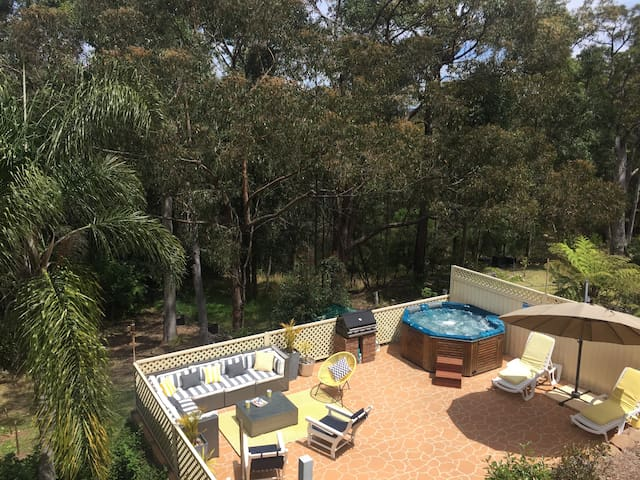 Relax in the outdoor hot tub under the stars! - Blaxland - Daire