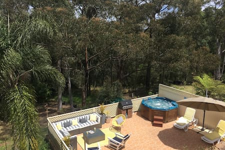 Relax in the outdoor hot tub under the stars! - Blaxland