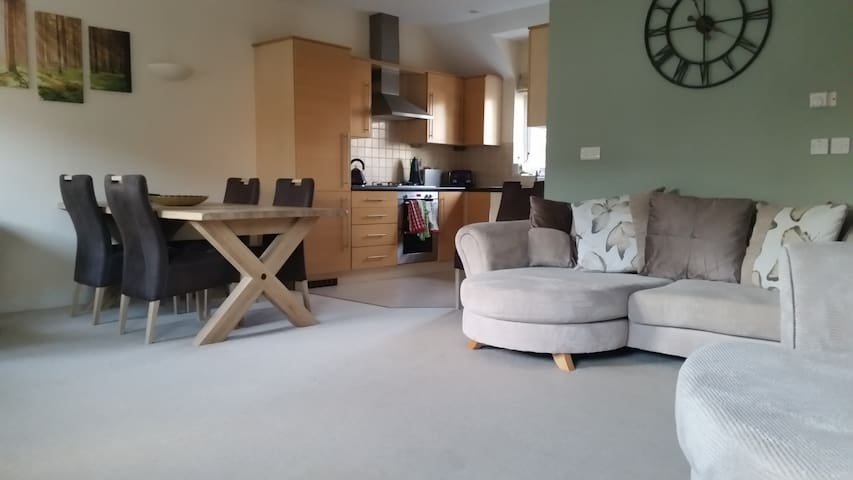Tidy apartment, good parking, fibre optic b'band - Wokingham