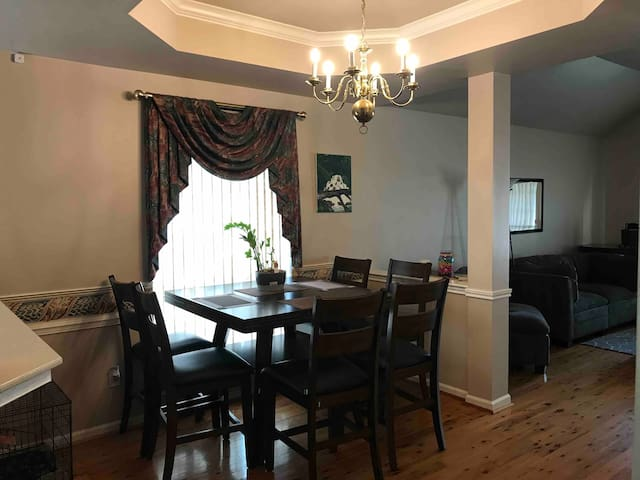 Quiet cottage like home 13 minutes from airport