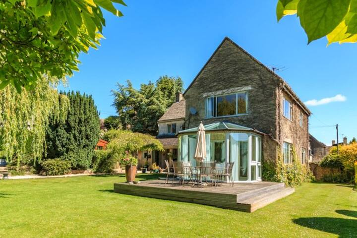 Come & Stay in this Cotswolds rural retreat. away from the hustle and bustle