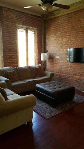 SLEEPS 10 IN FRENCH QUARTER with private BALCONY! - Nova Orleans - Apartament