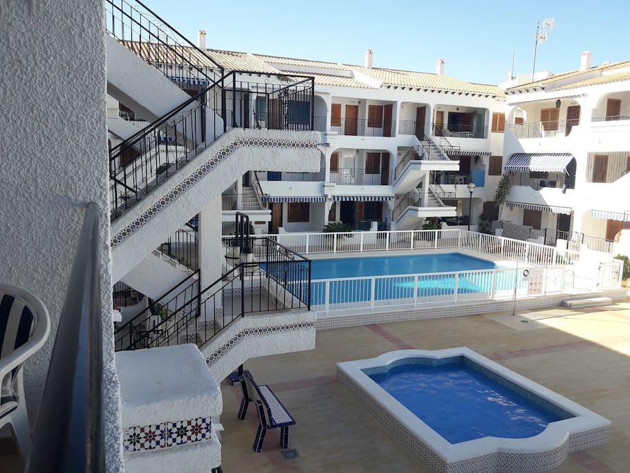 Vistas a las piscinas y zona solárium desde la terraza.