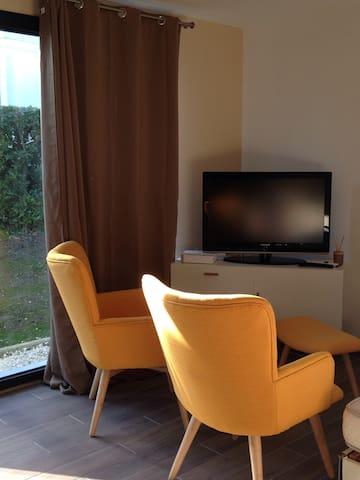 La télévision est dotée de la Tele d'orange avec les chaînes habituelles.