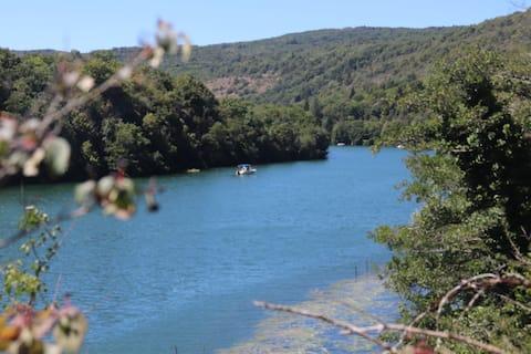 Hytte med smuk udsigt over Ain-floden