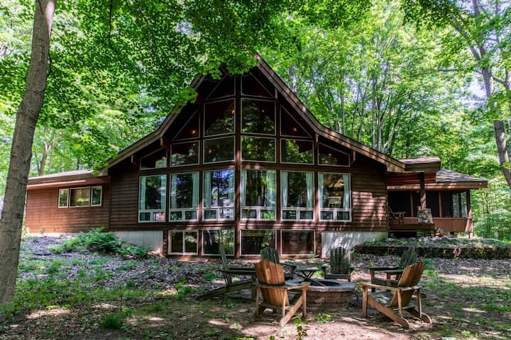 Timber Frame Home w/High-Speed WiFi, Pool Table, Washer/Dryer, Full Kitchen