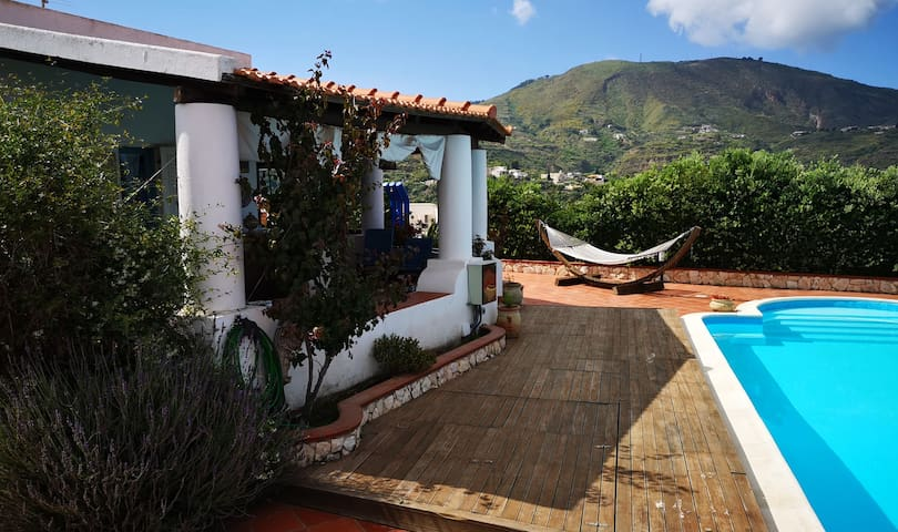 La Greca. Bivani con patio panoramico e piscina.
